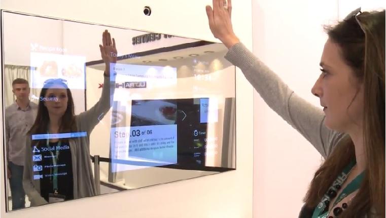 dieser spiegel verwandelt sich in einen modernen fernseher. Black Bedroom Furniture Sets. Home Design Ideas