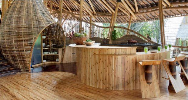Designerin kündigt Traum-Job um nachhaltiges Bambus-Dorf auf Bali zu ...