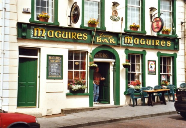 Maguire's Bar, Moville, Inishowen, County Donegal. Foto: Corinna Schleiffer [CC BY-SA 2.0 (http://creativecommons.org/licenses/by-sa/2.0)], via Wikimedia Commons