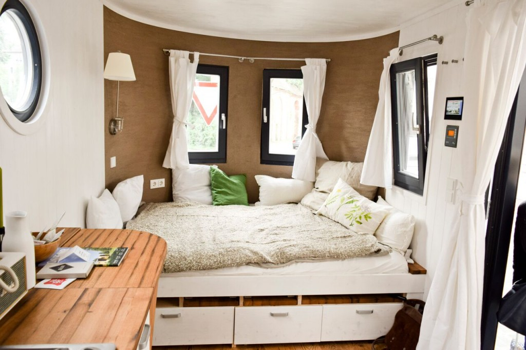 unabh ngigkeit pur energieautarker wohnwagen steht zum probewohnen bereit. Black Bedroom Furniture Sets. Home Design Ideas